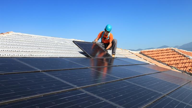 Ofertas de empleo para 'montadores de paneles fotovoltaicos' y 'oficiales electricistas'